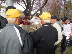 ロータリーの碑に集まる会員