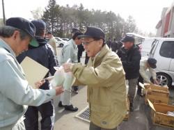 作業を終え朝食を配る村上環境保全副委員長